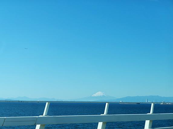 晴天のアクアラインから望む富士山