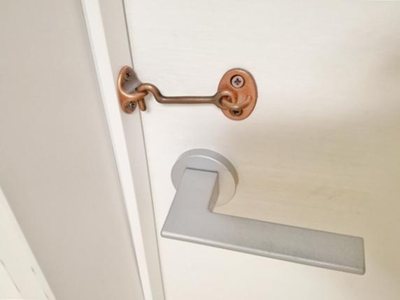 部屋の扉に後付けした猫が開けないためのロック