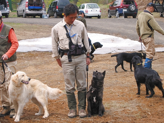 山下國廣先生と愛犬の甲斐犬の訓練中の様子
