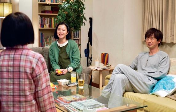 映画「駅までの道をおしえて」リビングで話す女の子と家族