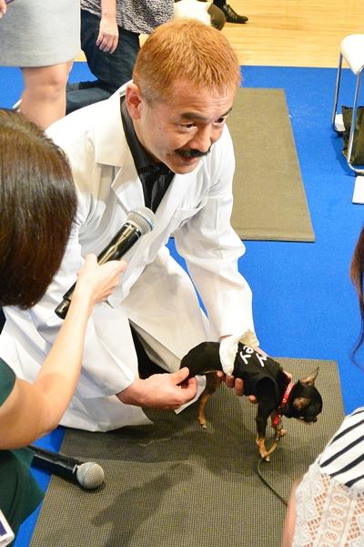 teamHOPEシニア犬の健康を考えるセミナーで参加者にアドバイスする獣医師