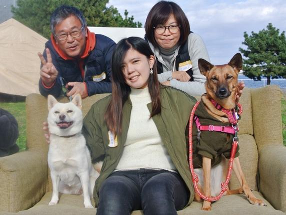 映画「駅までの道をおしえて」出演犬ミノルカとルーの家族写真