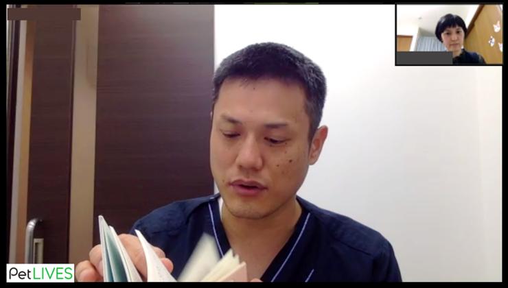 オンライン対談風景_「猫からのおねがい」書籍をめくる服部幸獣医師