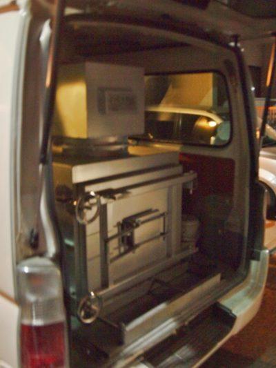 ワゴン車後方のドアを開けると火葬炉が